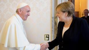 Le pape François et la chancelière allemande Angela Merkel ont affiché leur complicité devant les photographe, samedi 17 juin.