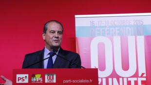 Le premier secrétaire du Parti socialiste français, Jean-François Cambadélis, pendant la conférence de presse sur le «référendum» sur l'unité de la gauche aux élections régionales, le 18 octobre 2015.