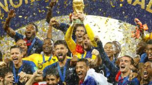 Đội trưởng, thủ môn đội tuyển Pháp Hugo Lloris giương cao chiếc Cúp vô địch bóng đá thế giới 2018, tại sân vận động Luzhniki, Matxcơva, ngày 15/07/2018