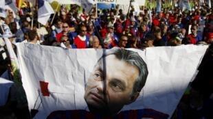 Dân Hungary tập hợp tại Budapest để phản đối chính sách của thủ tướng Viktor Orban (REUTERS)