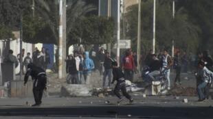 """.در """"القصرین"""" غرب تونس، اعتراضات به درگیری با پلیس انجامید ."""