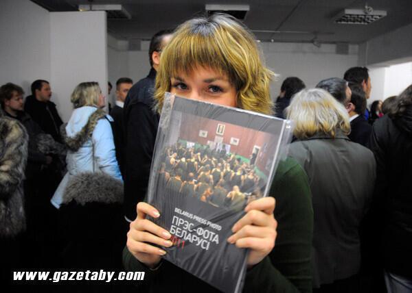 """На презентации в Минске альбома """"Пресс-фото Беларуси-2011"""""""
