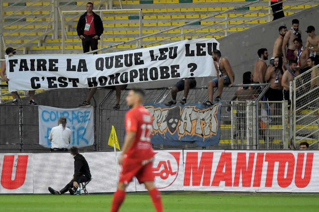 Faixa de protesto dos torcedores em relação ao tema homofobia no futebol durante jogo entre Montpellier e Nantes, em 31 agosto 2019.