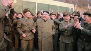 Lãnh tụ Bắc Triều Tiên Kim Jong Un thị sát việc thử động cơ tên lửa do Viện Khoa Học Quốc Phòng nước này chế tạo. Ảnh của KCNA đề ngày 19/03/2017 được Reuters lấy lại.