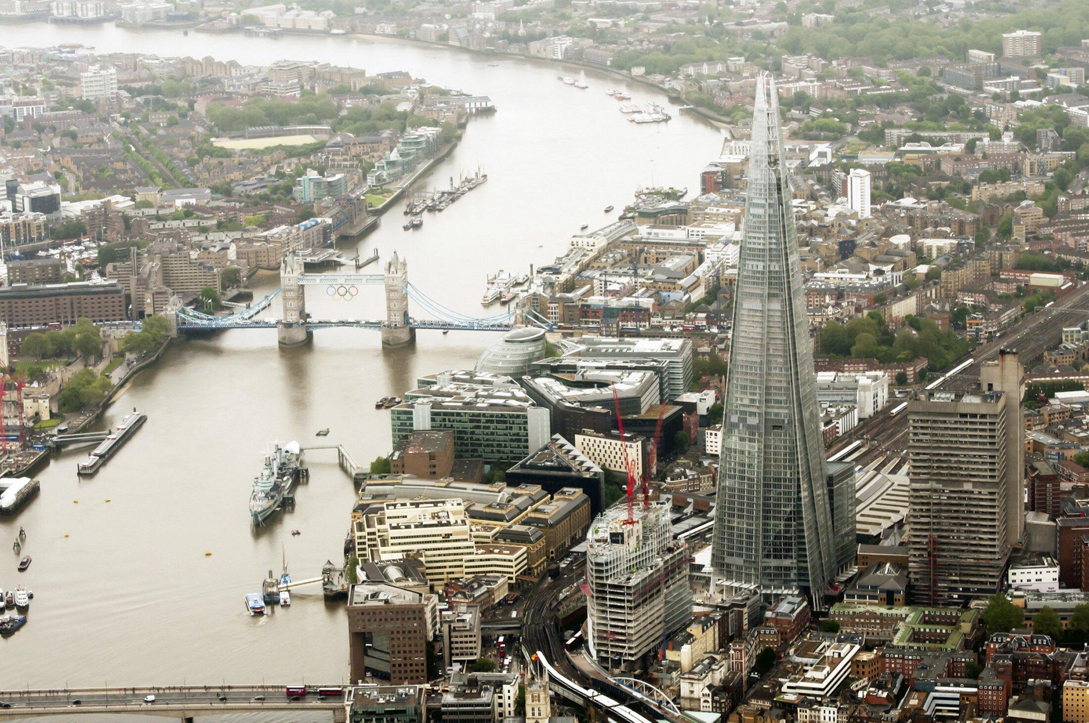 Tòa nhà chọc trời cao nhất Châu Âu - tên là Shard - nằm cạnh sông Thames, khúc chảy qua Luân Đôn, thủ đô Anh Quốc.