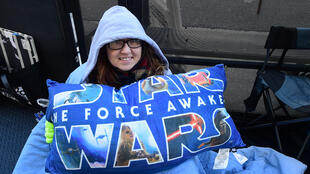 Les geeks de tous âges, fans de la saga, attendent patiemment dans des files d'attente de cinémas la sortie du nouveau film Star Wars qui sortira le 14 décembre 2015.