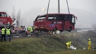 Спасатели на месте ДТП с участием португальского пассажирского автобуса на востоке Франции, 8 января 2017 г.