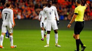 La réaction particulière de Paul Pogba (centre), juste après son but face aux Pays-Bas à l'Amsterdam Arena, le lundi 10 octobre 2016.
