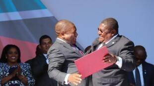 Chefe de Estado de Moçambique, Filipe Nyusi, e o presidente da Renamo, Ossufo Momade, na Gorongosa a 1 de Agosto de 2019.