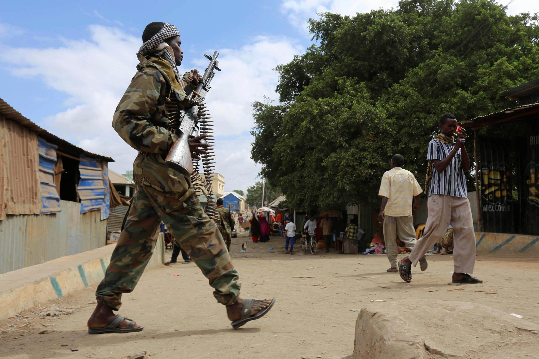 Un jeune soldat somalien patrouille dans Afgoye, au sud du pays, après un attentat suicide qui a fait onze morts, le 19 octobre 2016.