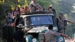Các tù nhân được chở ra khỏi nhà tù Insein, theo lệnh ân xá của tổng thống Miến Điện, Rangoon, ngày 17/04/2019