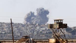 De la fumée s'élève de la ville de Kobane après le passage d'un raid aérien, le 7 octobre 2014.