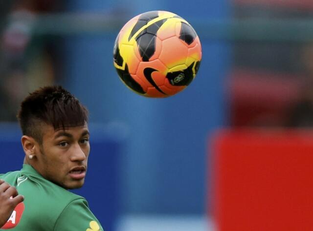 Neymar chega a Barcelona nesta segunda-feira.