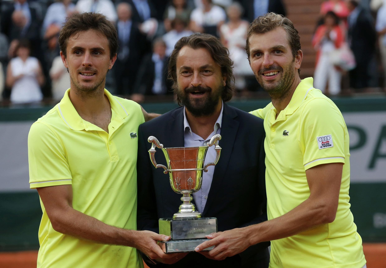 Жюльен Беннето (справа) и Эдуар Роже-Васлен (слева) - победители парного разряда на Ролан-Гарросе с чемпионом прошлого, теннисистом Анри Леконтом 7 июня 2014.
