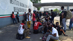 Des migrants africains devant l'Institut national des migrations de Tapachula, au Mexique, le 2 avril 2019.