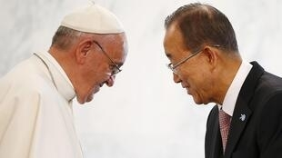 Ban Ki Moon et le pape François, candidats possibles pour le prix Nobel de la paix 2015, lors d'une réunion à l'ONU, à New York, le 25 septembre 2015.