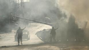 A Abra, près de Saïda, dans le sud du Liban, le lundi 24 juin 2013, des soldats donnent des instructions à un char.
