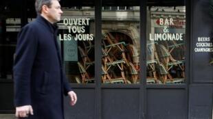 O confinamento quase total da população na França entrou em vigor a partir desta terça-feira (17).