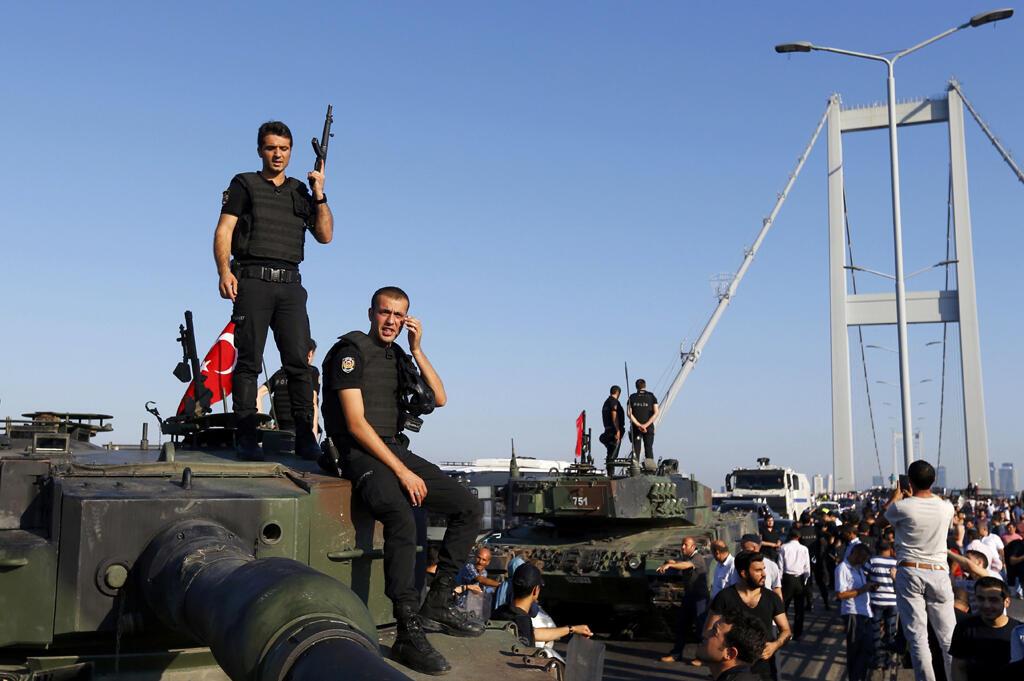 Турецкая полиция 16 июля 2016 года после попытки государственного переворота
