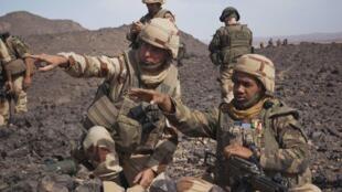 Le général Barrera (G) et un soldat français lors d'une patrouille dans le massif de Tigharghar au Mali, le 23 mars 2013.