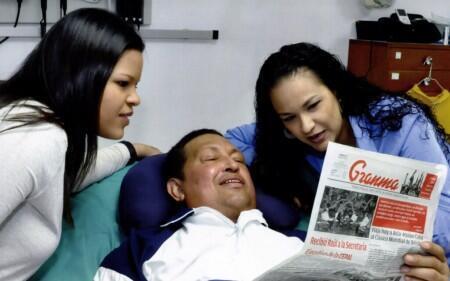 O presidente Hugo Chavez ao lado das filhas, em um hospital de Cuba.