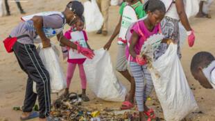 200 enfants ont participé à l'opération «Plages propres» à Cotonou, au Bénin.