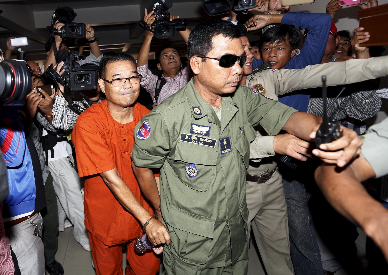 Nghị sĩ Hong Sok Hour (áo màu cam) thuộc phe đối lập đến tòa án Phnom Penh ngày 02/10/2015.