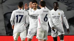 El centrocampista español del Real Madrid Marco Asensio (2izq) celebra el tercer gol de su equipo durante el partido de octavos de final de la UEFA Champions League contra el Atalanta en Valdebebas, Madrid, el 15 de marzo de 2021