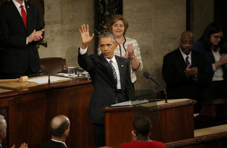 Barack Obama salue le Congrès après son dernier discours sur l'état de l'Union, le 12 janvier 2016.