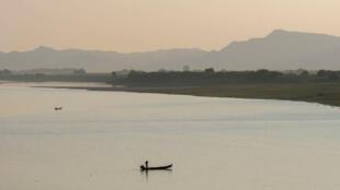 Un pêcheur sur le fleuve de l'Irrawaddy à Myanmar en Birmanie (image d'illustration).