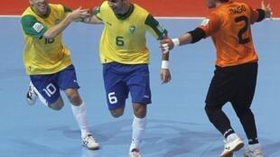 Gabriel, no centro, comemora com Tiago (à direita) e Fernandinho seu gol na vitória de 3 a 1 do Brasil sobre a Colômbia.
