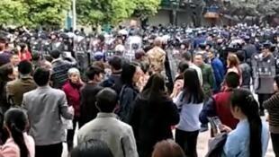 瀘州太伏中學學生趙鑫死亡事件引發示威警察到場鎮壓2017年4月5日