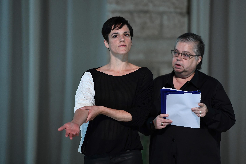 """Sofia Dias (esq) e Cristina Vidal (direita) durante os ensaios da peça """"Sopro"""" de Tiago Rodrigues. A peça volta ao Festival de Outono 2020, em Paris."""
