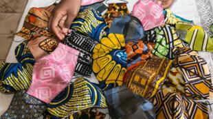 Masques en tissus fabriqués à Yaoundé au Cameroun (illustration).