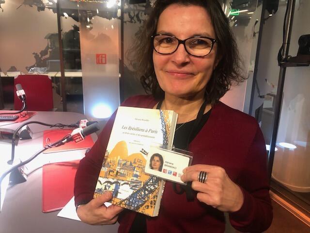 """A jornalista Adriana Brandão lança nesta terça-feira (19) seu livro, """"Les brésiliens à Paris""""."""