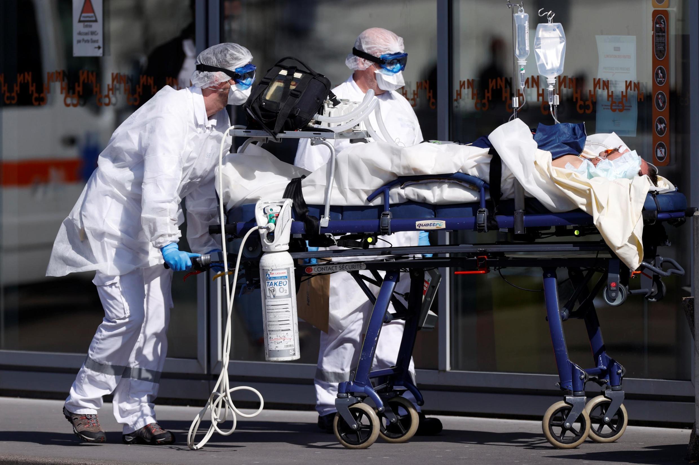 Nhân viên cấp cứu mặc bảo hộ y tế đưa bệnh nhân vào bệnh viện CHU Strasbourg, miền đông Pháp, ngày 16/03/2020