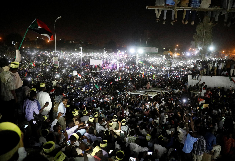 Manifestantes diante do Ministério da Defesa em Cartum, ontem, na noite do 21 de Abril de 2019.