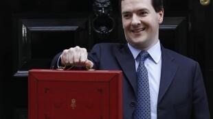 George Osborne segura a tradicional pasta vermelha, em Londres, que traz o plano orçamentário para o ano.