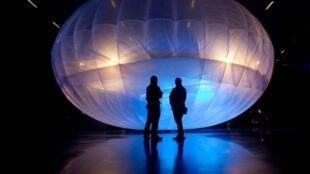 Le public découvre les ballons Loon de Google à Christchurch (Nouvelle-Zélande) le 16 juin 2013.