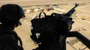 Hélicoptère de la force Barkhane au-dessus du camp de Tessalit.