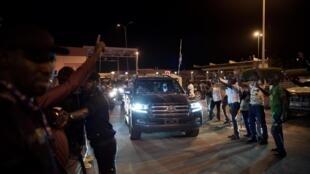 Sophie Pétronin et Soumaïla Cissé, le chef de l'opposition malienne, sont accueillis à leur arrivée de l'aéroport international Modibo Keïta, à Bamako, le 8 octobre 2020.