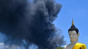 Una explosión en una fábrica provocó una densa columna de humo en el cielo de Bangkok, el 5 de julio de 2021