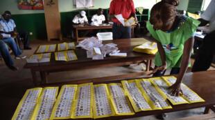 Un agent électoral compte les bulletins après la fermeture des bureaux de vote, à Bangui, lors de élections générales de décembre 2015.