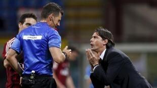 Kocin AC Milan Filippo Inzaghi yana tattaunawa da alkalin wasa Piero Giacomelli