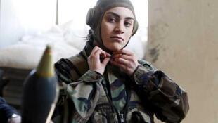 Un miembro del batallón sirio integrado sólo por mujeres en los suburbios de Damasco, el 19 de marzo de 2015.