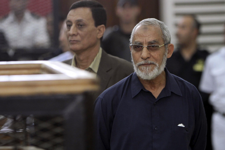 تصویر محمد بدیع- رهبر معنوی گروه اخوان المسلمین در دادگاه قاهره در روز  ١٨ مه ٢٠١٤. وی در دادگاه امروز (شنبه ٢١ ژوئن) در شهر منیا در جنوب قاهره حکم اعدامش مورد تائید قرار گرفت.