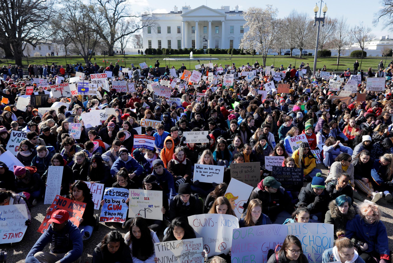 Nhiều học sinh tuần hành trước Nhà Trắng, Washington, để yêu cầu chính quyền kiểm soát chặt chẽ hơn việc lưu hành và sử dụng súng. Ảnh chụp ngày 14/03/2018.