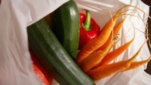 Des légumes dans un sac plastique.