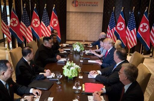 Donald Trump et Kim Jong-un ont été rejoints par leurs délégations respectives pour des discussions élargies.
