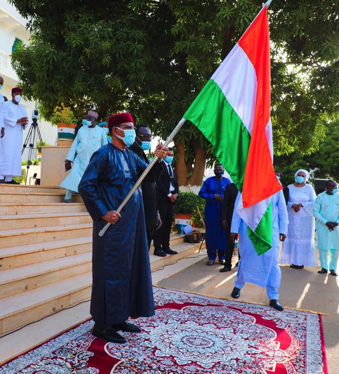 Shugaba Bazoum Mohammed dauke da tutar Nijar